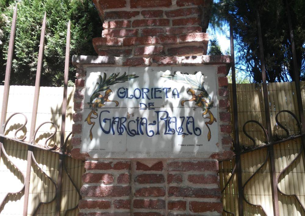 Placa de la Glorieta de García Plaza en la modernista Colonia de la Prensa