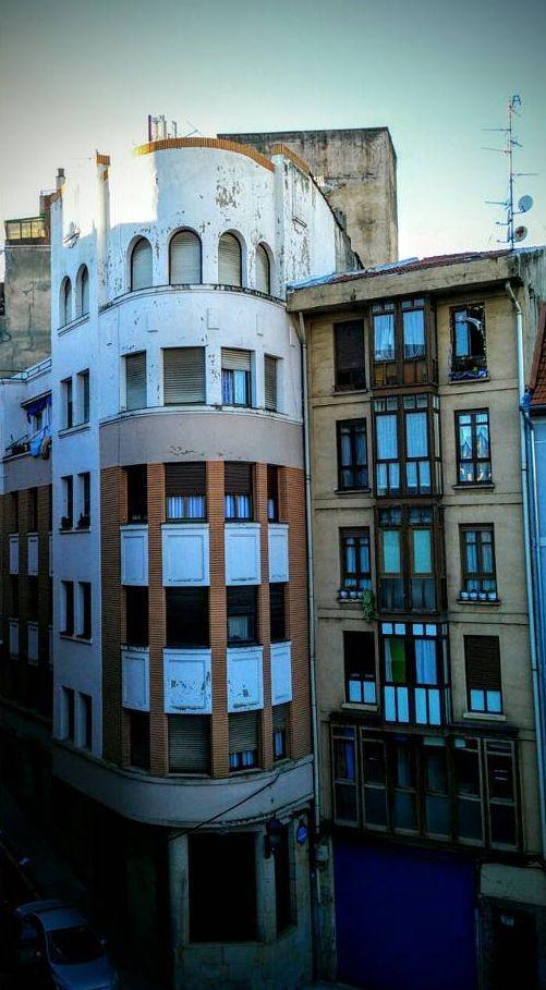 Plaza de los Tres Pilares, Bilbao, con portal en Miribilla 2, Bilbao Art Decó