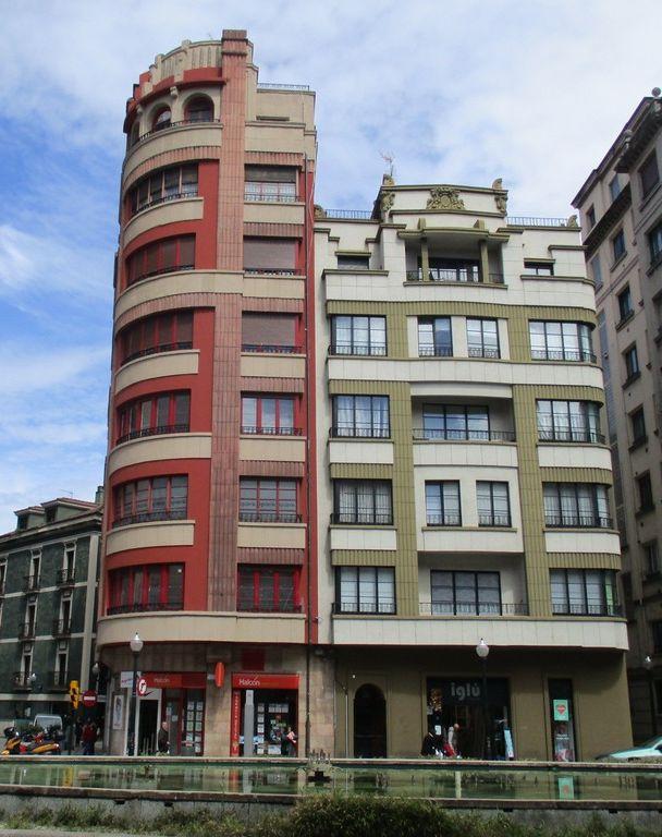 Calle del Horno, 7 (portal del edificio rojo) y plaza del Carmen, 7