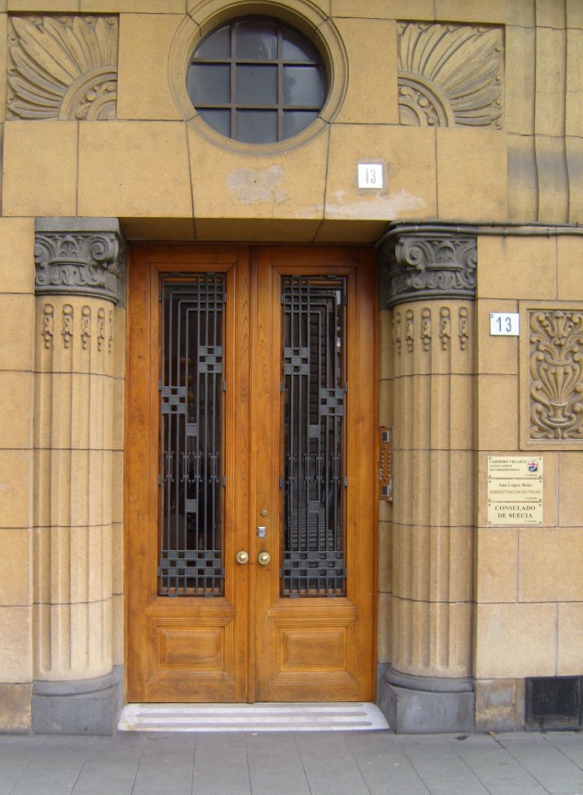 Puerta de inspiración egipcia en Álvarez Garaya de Gijón