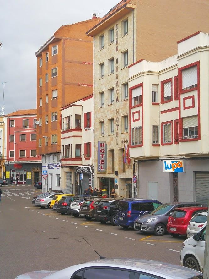 Plaza Puebla de Sanabria 9 (el blanco con líneas rojas a la izquierda) y 7 (el blanco con líneas rojas de la derecha)