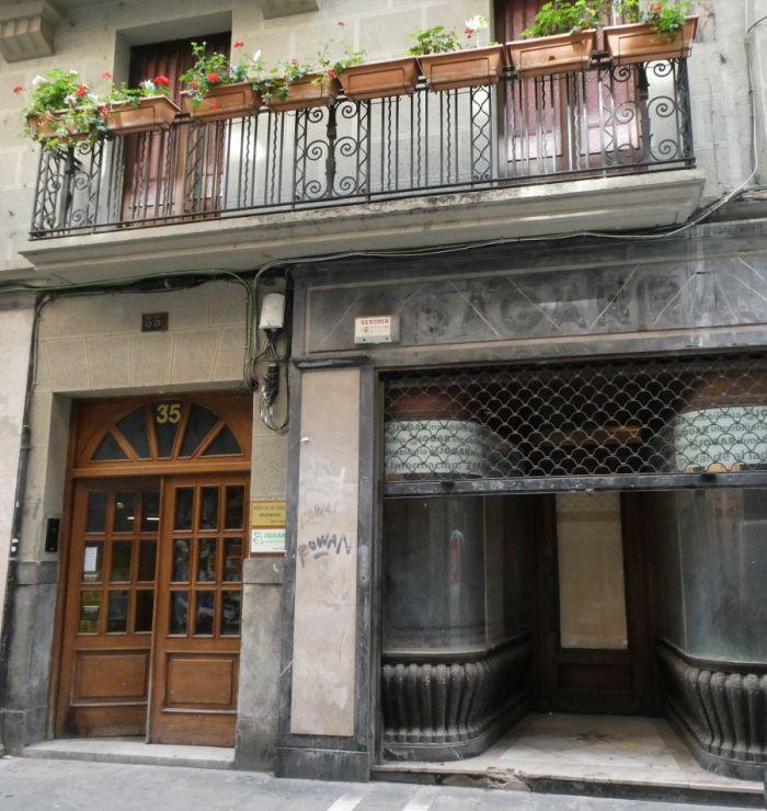 Pamplona Art Decó en las barandillas de la calle Zapatería 35