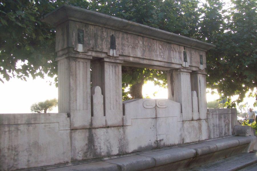 Monumento al Doctor Quintana (frente al paseo Pereda, 4)