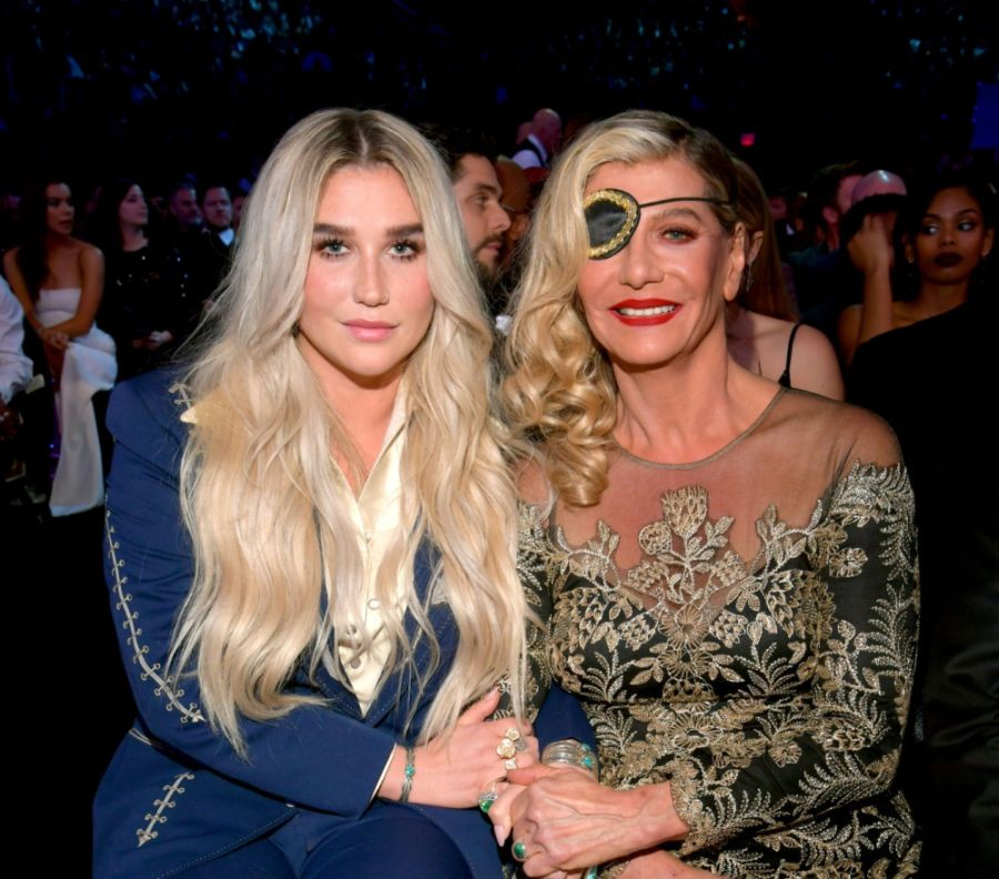Crítica de High Road de Kesha, un disco co escrito por su madre, Pebe Sebert