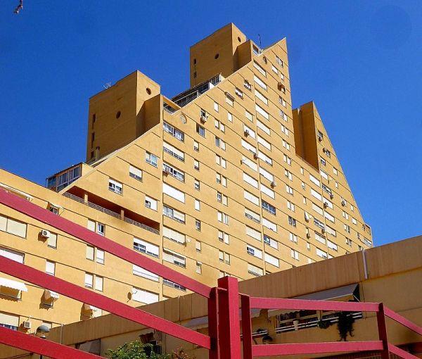 Rascacielos de Alicante, la Pirámide, protagonista en el disco debut de Sindicato Vertical