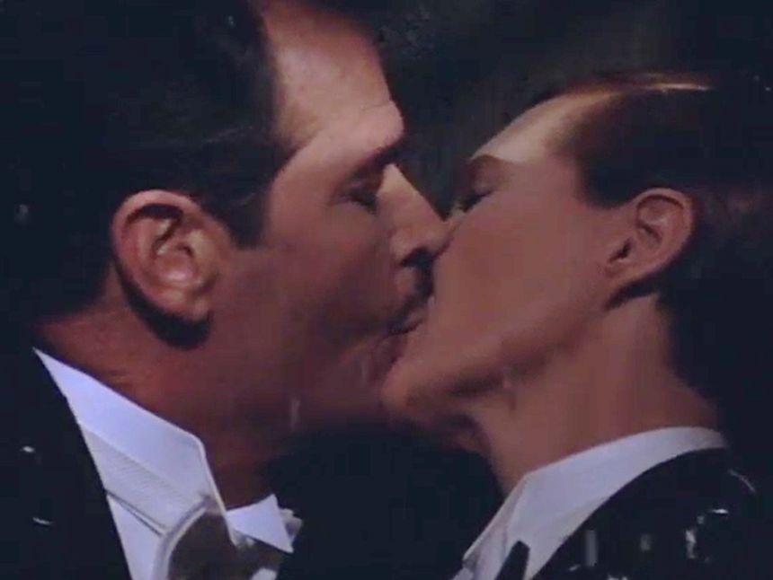 Beso gay en la película Víctor o Victoria