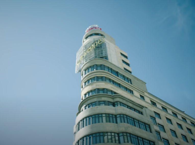 Edificio Capitol, un buque que emerge en Nosotros del disco Hijos de la Ruina Vol 3