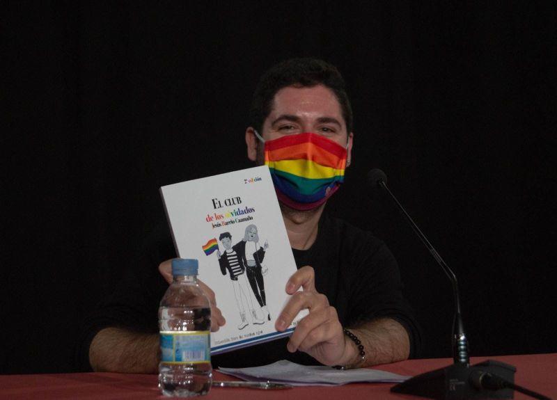 Jesús Barrio Caamaño, sujetando orgulloso su novela El club de los olvidados