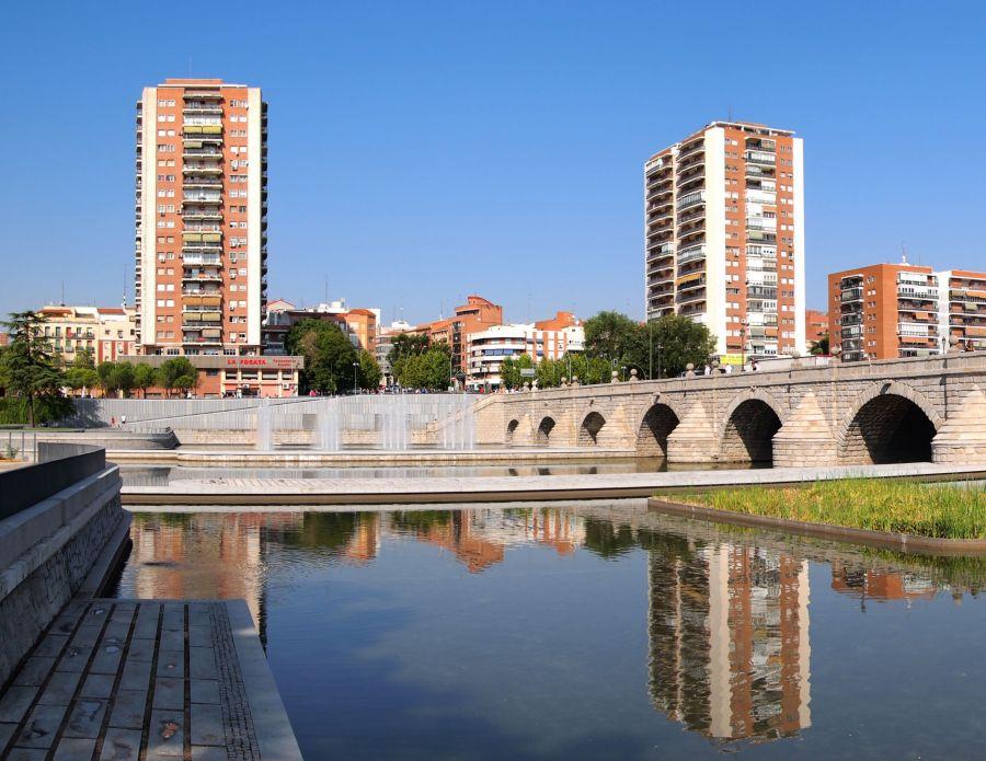 Rascacielos de Madrid en la orilla del río Manzanares