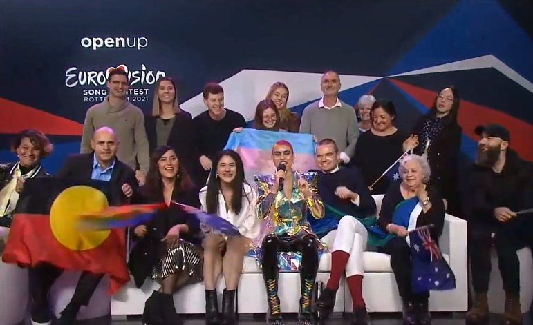 Bandera trans con Montaigne, representante de Australia en Eurovisión 2021