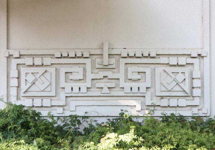 Decoración precolombina en el zócalo de la fachada