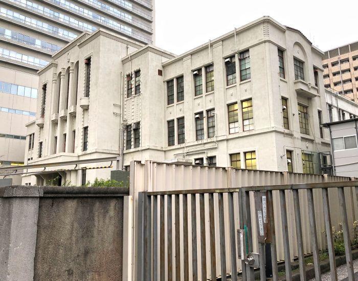 Vista de la fachada y lateral del hospital