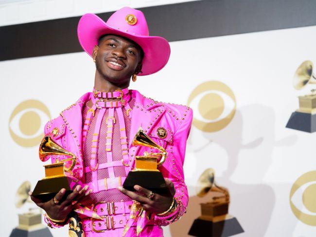 Lil Nas X con sus Grammy